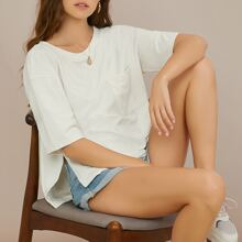 T-Shirt mit sehr tief angesetzter Schulterpartie und seitlichem Schlitz