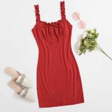 Kleid mit Rueschenbesatz, Riemen und Knoten vorn