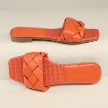 Sandalen mit qudratischer Zehenpartie und gewebtem Band