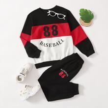 Pullover und Jogginghose mit Ausschnitt, Naht und Buchstaben Grafik