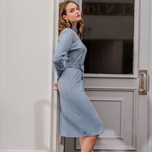 Kleid mit Stehkragen und Guertel