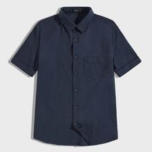 Maenner Hemd mit Tasche Fliken und gerollten Ärmeln