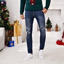 Jeans mit Riss und schraegen Taschen