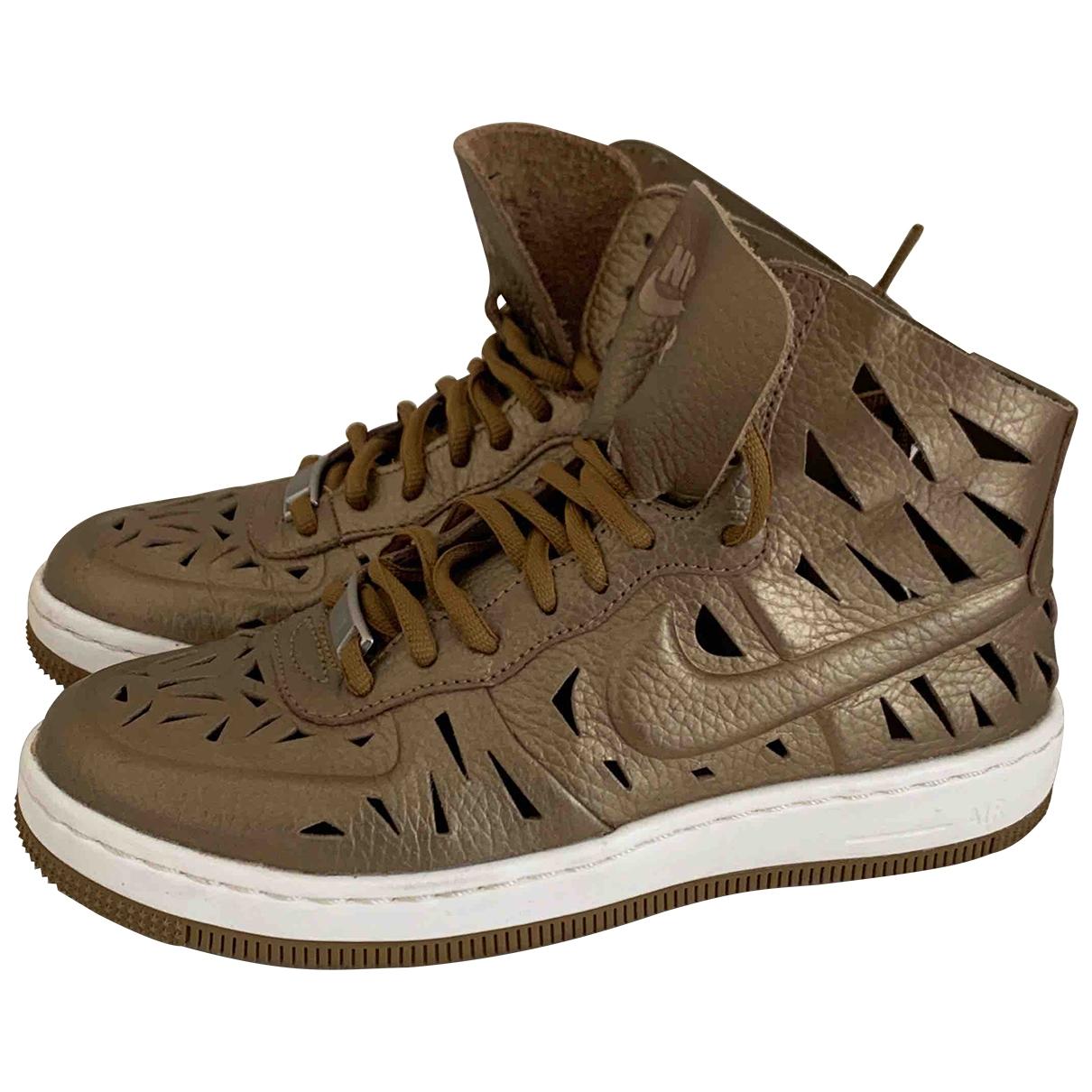 Nike Air Force 1 Sneakers in  Gold Leder