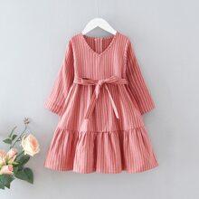 Kleid mit Streifen, Guertel und Rueschenbesatz