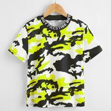 Jungen T-Shirt mit Buchstaben Grafik am Kragen und Camo Muster
