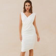 Lucra Figurbetontes Kleid mit Reissverschluss hinten, Wickel Design und Ruesche