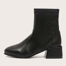 Minimalistische Stiefel mit klobigem Absatz