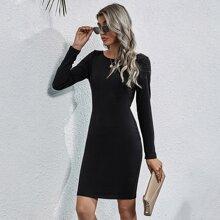 Figurbetontes Kleid mit offener Rueckseite und Kette Detail