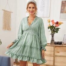 Kleid mit Schosschen auf den Ärmeln und Falten