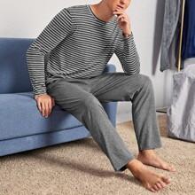 Conjunto de pijama camiseta de rayas con pantalones