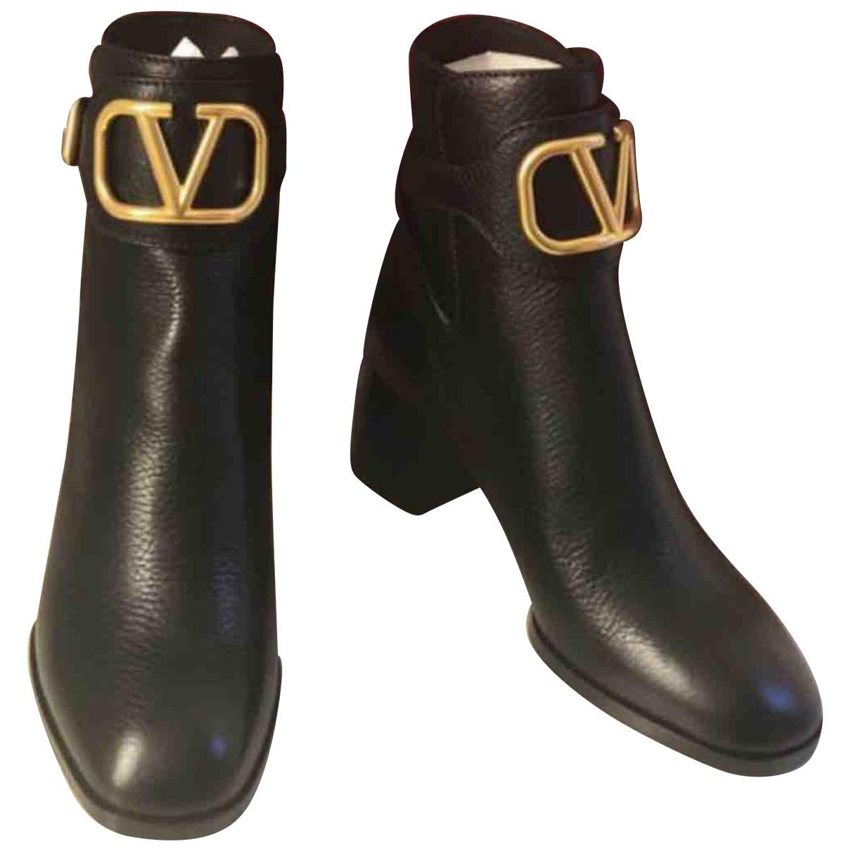 Valentino Garavani V Logo Stiefeletten in  Schwarz Leder