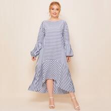 Kleid mit Bishofaermeln, Streifen und Stufen