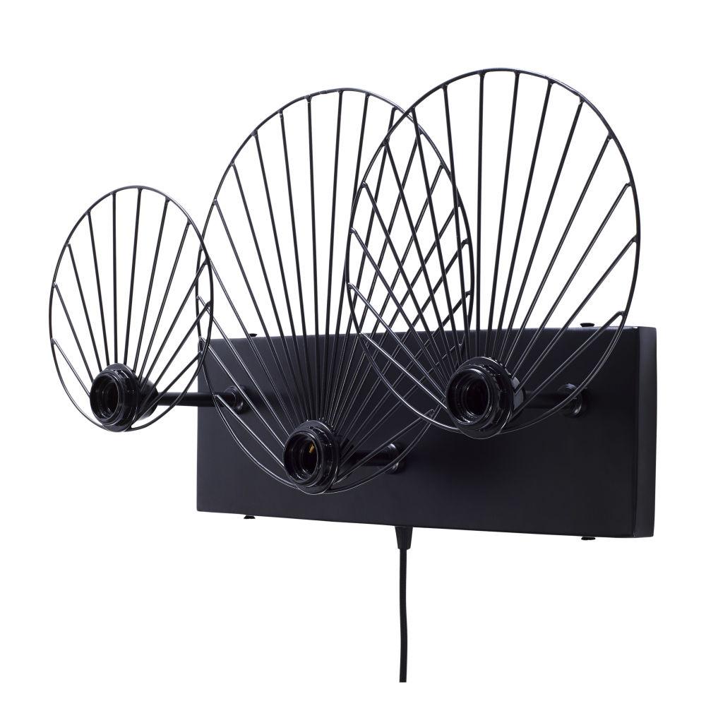 Dreiteilige Wandleuchte mit schwarzen Lampenschirmen aus Draht