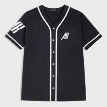Maenner Hemd mit Kontrast Paspel Saum und Buchstaben Muster