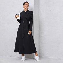 Einfarbiges Kleid mit Knopfen vorn und Guertel