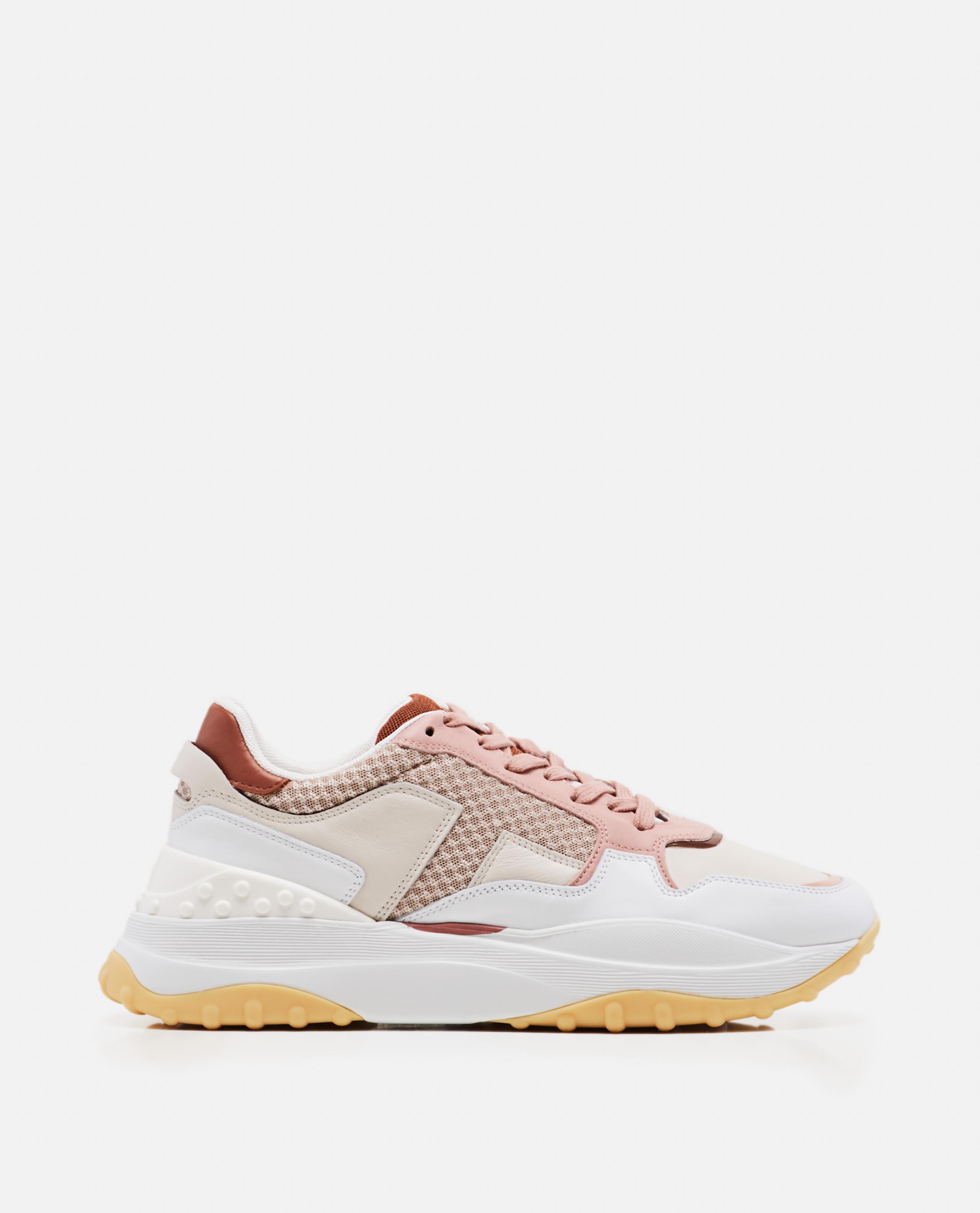 Laced sneaker