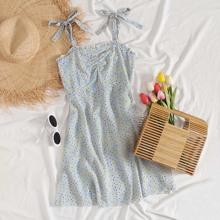 Kleid mit Band auf Schulter, Ruesche vorn und Bluemchen Muster