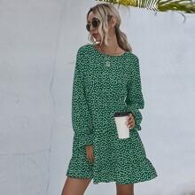 Kleid mit Gaensebluemchen Muster und Rueschen