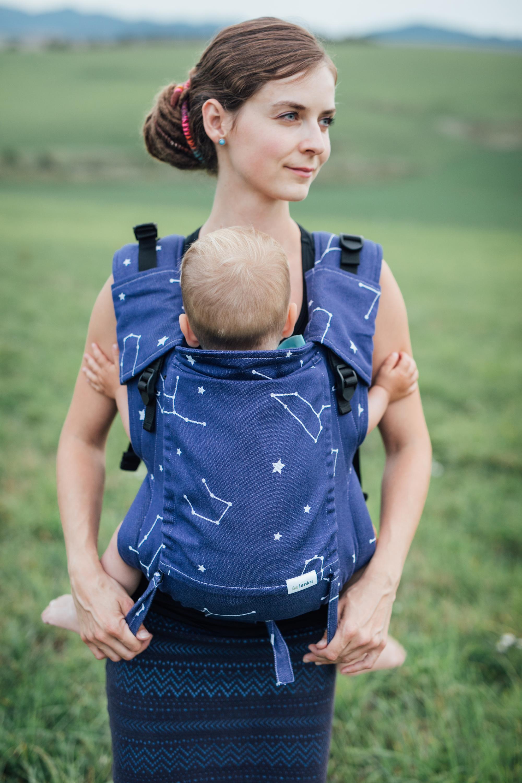 Babytrage Be Lenka 4ever - Sternbilder - blau breit mit der Moglichkeit der Uberquerung