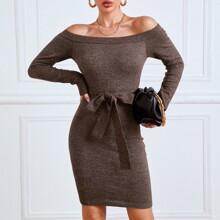 Schulterfreies figurbetontes Pulloverkleid mit Guertel