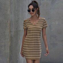 Kleid mit V-Kragen, Leiterausschnitt, Ausschnitt hinten und Streifen