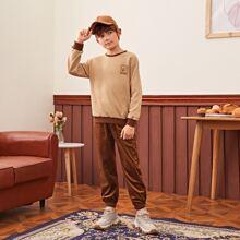 Conjunto pullover con letra ribete en contraste con pantalones