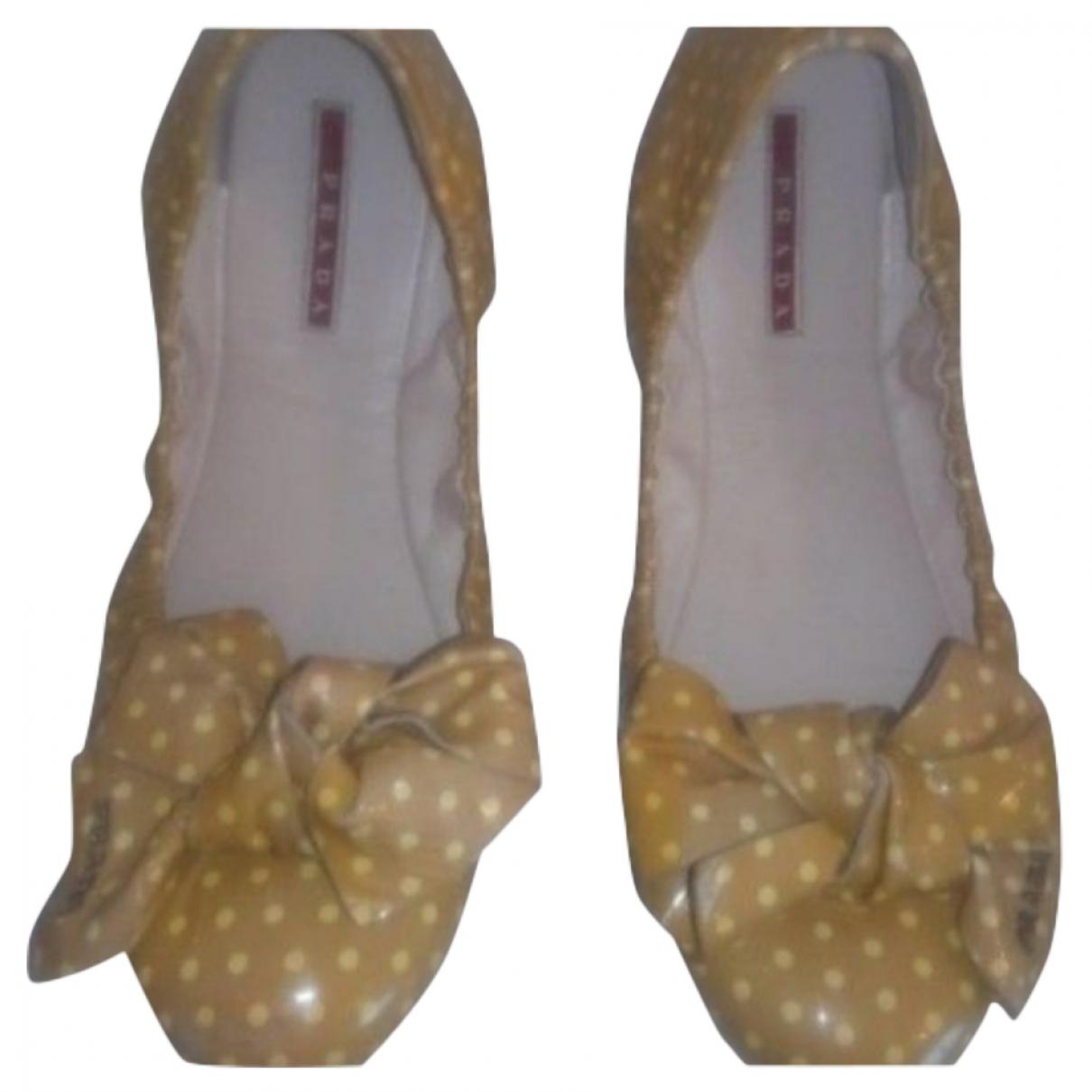 Prada \N Ballerinas in  Gelb Lackleder