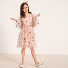 Maedchen Kleid mit zweischichtigem Saum, Stickereien und Netzstoff