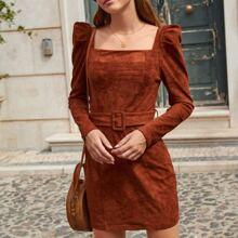 Kleid mit quadratischem Kragen, Gigotaermeln und Guertel