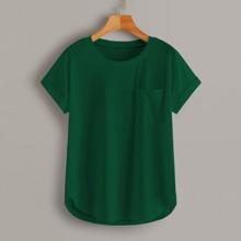 Einfarbiges T-Shirt mit Taschen und gebogenem Saum