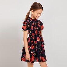 Kleid mit Blumen Muster, mehrschichtigem Saum und Rueschen