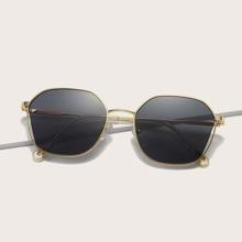 Sonnenbrille mit metallischem Rahmen und getonten Glaesern