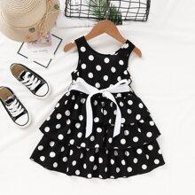 Mehrschichtiges Kleid mit Punkten Muster und Guertel