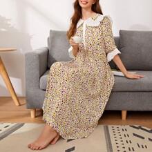 Nachtkleid mit Exerzierkragen, Rueschen, Knopfen vorn und Gaensebluemchen Muster