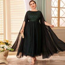 Kleid mit Umhangaermeln, Pailletten und Netzstoff