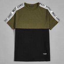 T-Shirt mit Kontrast, Buchstaben Muster, seitlicher Naht und Flicken