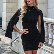 Figurbetontes Kleid mit Stehkragen, Schlitz auf Ärmeln und Glitzer