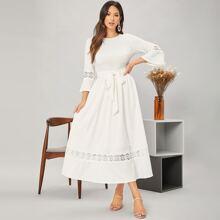 Kleid mit Guipure Spitzeneinsatz und Selbstguertel