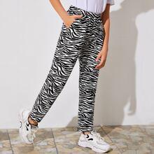 Hose mit schraegen Taschen und Zebra Streifen