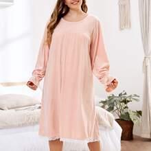 Samt Nachtkleid mit Kontrast Spitze