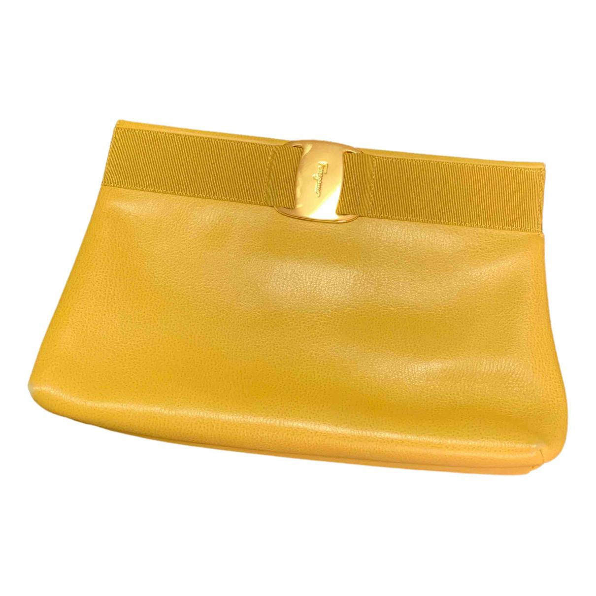 Salvatore Ferragamo \N Clutch in  Gelb Lackleder