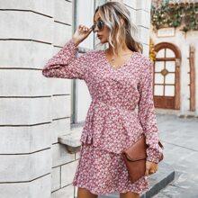 Kleid mit Gaensebluemchen Muster und mehrschichtigen Saum