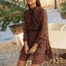 Kleid mit Gaensebluemchen Muster, Halsband und Laternenaermeln