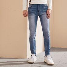Jeans mit schraegen Taschen und Waschung