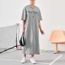 T-Shirt Kleid mit Buchstaben Grafik, sehr tief angesetzter Schulterpartie und Kapuze