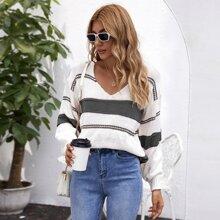 Pullover mit V Kragen, sehr tief angesetzter Schulterpartie und Streifen