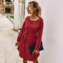 Einfarbiges Kord Kleid mit Guertel