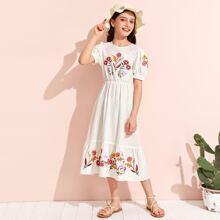Maedchen Kleid mit Blumen Stickereien, Puffaermeln und Raffungsaum