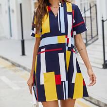 Kleid mit eingekerbtem Kragen und Geo Muster